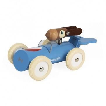 Chien pilote dans sa voiture de course bleue par Janod