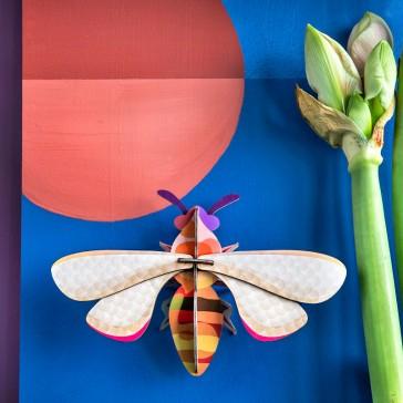 """Décoration murale """"Honey Bee"""" en forme d'abeille par studio ROOF"""