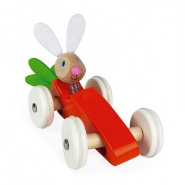 Bolide en bois en forme de carotte de la marque Janod, conduite par un lapin