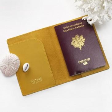 Protège-passeport en cuir de couleur jaune safran par Barnabé aime le café
