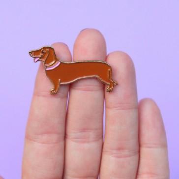 Petit chien teckel en pin's par Coucou Suzette