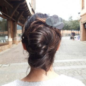 """Pique à cheveux pour chignon en cuir pailleté """"Fleur pierre grise"""" par La Cartablière"""