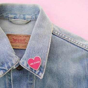 """Pins en forme de coeur rose """"Girl power"""" par Coucou Suzette"""