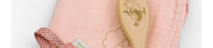 Protège carnet de santé, brosse, lange, accroche-tétine, tous les accessoires indispensables pour bébé